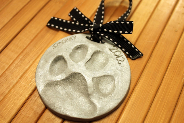 A Puppy Pawprint ornament to commemorate Osa's first Christmas? Via Homevolution